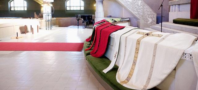Stolat ja kasukat odottamassa pappisvihkimystä tuomiokirkossa Tampereella. Kuva: Juha Valkeajoki