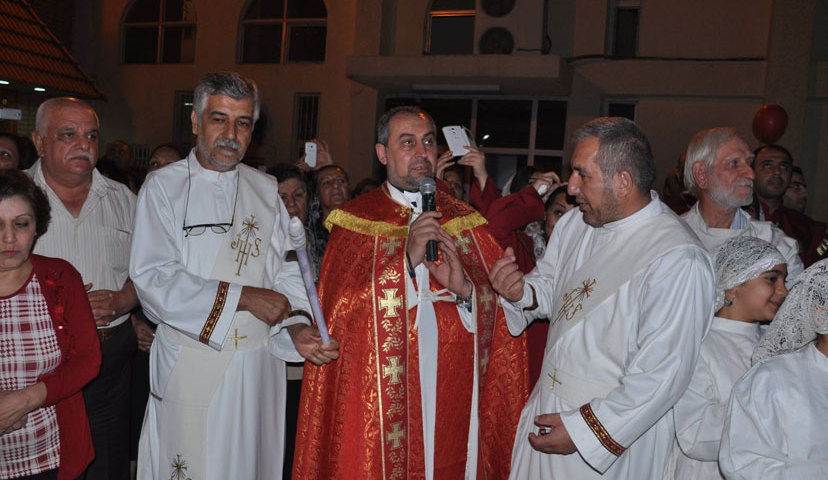 Pyhän Yrjön kaldealaisen katolisen kirkon diakoni Bassam Sabri kuvassa kolmas vasemmalta. Kuva: Bassam Sabri