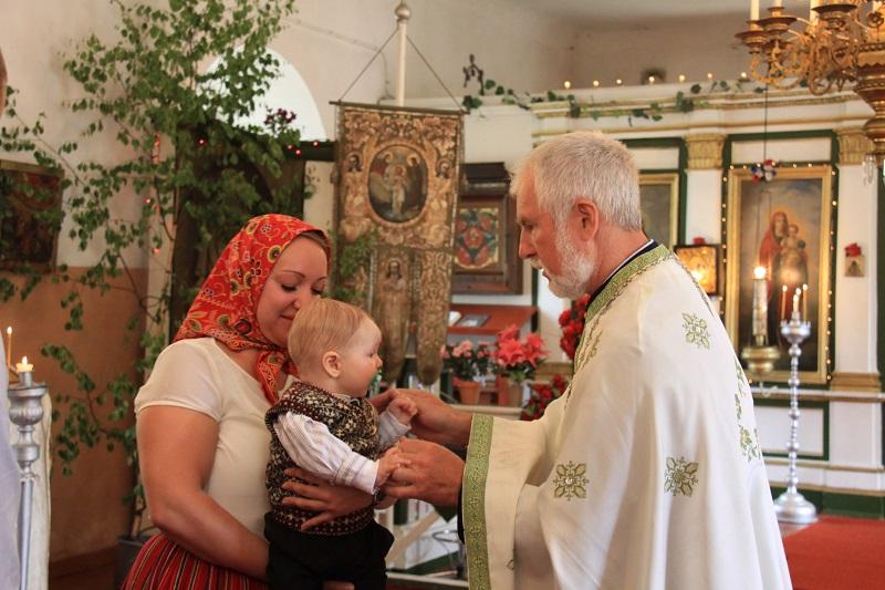 Kastetilaisuus Kihnun ortodoksisessa kirkossa. Kuva: Kristel Engman