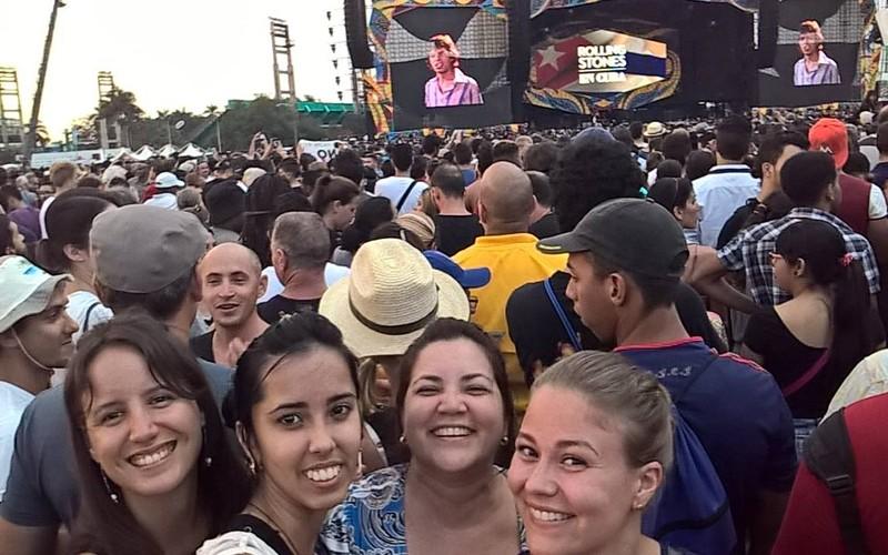 Jutun kirjoittaja (etualalla oikealla) kuubalaisine ystävineen The Rolling Stonesin konsertissa Havannassa. Kuva: Petra Kuivala