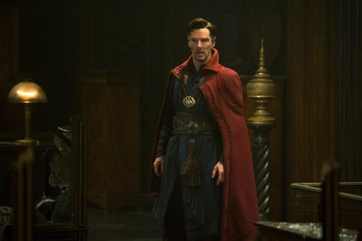 Tohtori Strange on ehtinyt jo saada pari pintanaarmua ajauduttuaan mukaan kosmiseen valon ja pimeyden taisteluun. Kuva: ©2016 Marvel.