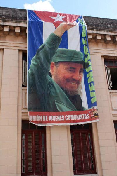 Nuorten kommunistien liiton lippu Havannan yliopistolla. Kuva: Petra Kuivala.