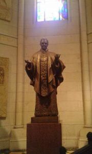 Madridin katedraalista löytyy Opus Dein perustajan Josemaría Escriván patsas. Kuva Emil Anton.