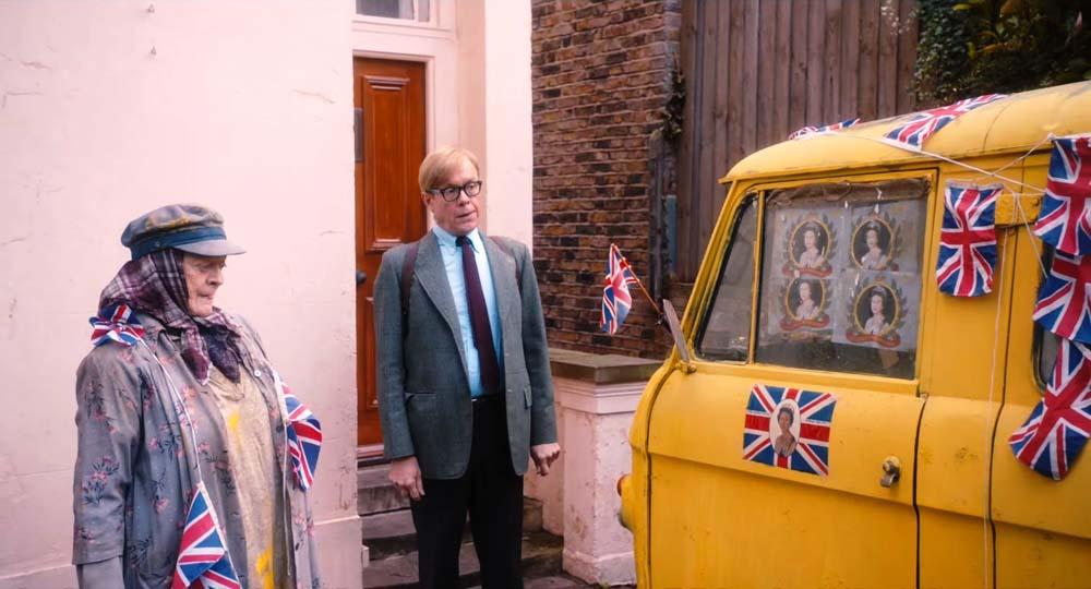 Päähenkilöt ihmettelevät patrioottista pakettiautoa. Kuva: Sony Pictures Studios.