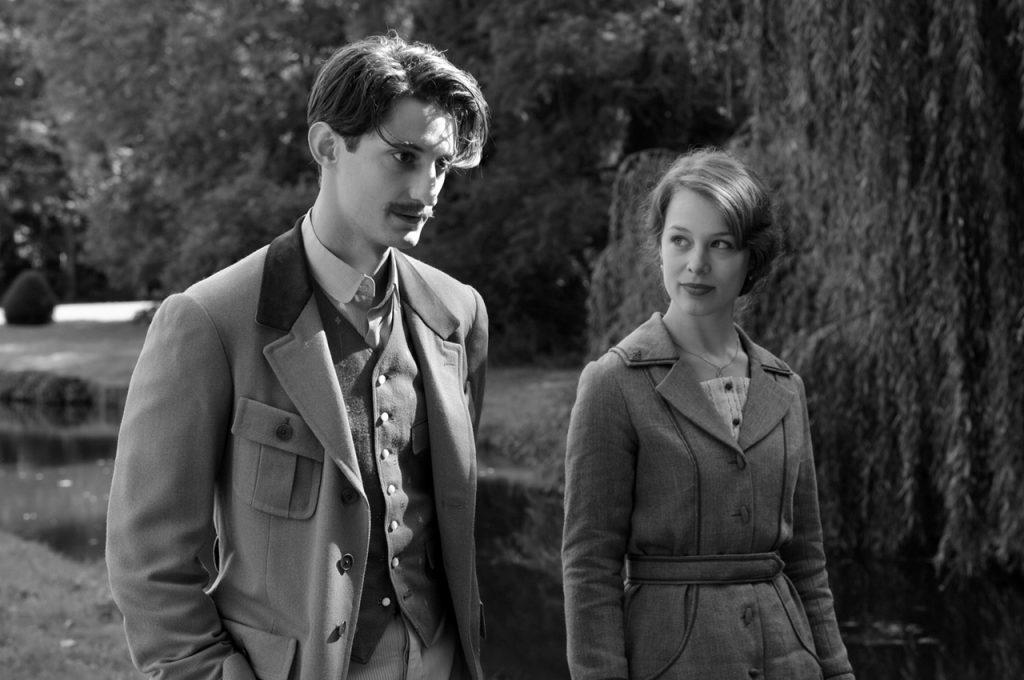 Sodasta hengissä selvinnyt ranskalainen Adrien keventää sydäntään sulhasensa menettäneelle saksalaiselle Annalle. Kuva: Cinema Mondo.