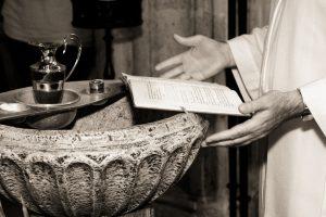 Pappi suorittamassa kastetta. Kuva Freeimages.com.