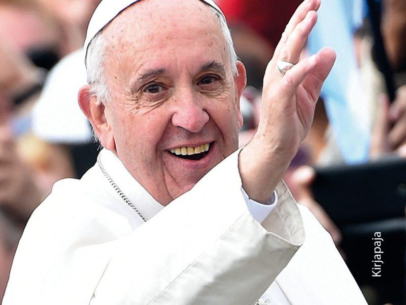 Paavi Franciscus osaa ottaa yleisönsä. Kirjan kansi: Marjaan Virta.
