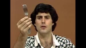 Uri Geller on taivutellut ruokailuvälineitä. Kuva: Patheos.