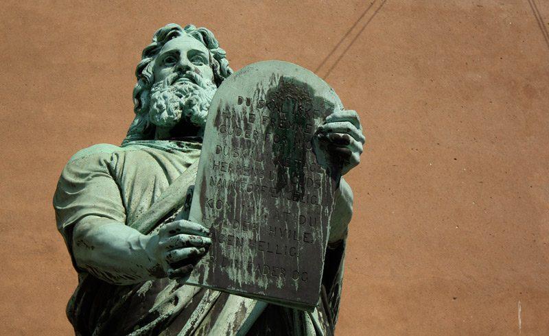 Mooses-patsas Kööpenhaminan tuomiokirkon ulkopuolella. Kuva: Blondinrikard Fröberg/Flickr.