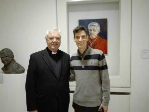 Matkareportaasin kirjoittaja pääsi samaan kuvaan kardinaali Müllerin kanssa. Taustalla Benedictus XVI. Kuva: Emil Anton.