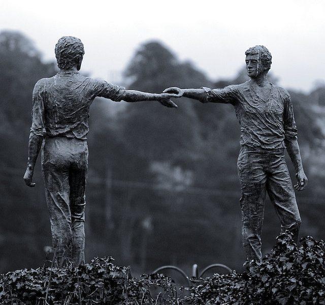 Maurice Harronin teos Hands across the divide Londodnderryssä, Pohjois-Irlannissa. Kuva: Pinterest.