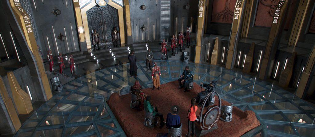 Wakandan heimoneuvoston kokoussali on komea – ja voisi olla vaikka Asgaardissa. Vain Thor puuttuu. Kuva: ©Marvel Studios 2018.
