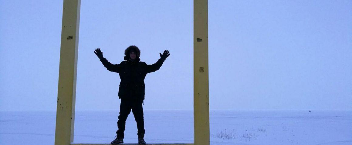 Jutun kirjoittaja Peipsijärven edustalla Mustveessa. Kuva: Emil Anton.