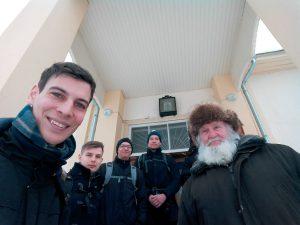 Katolis-lestadiolainen ryhmämme poseeraa vanhauskoisen partasuun kanssa Mustveessa. Kuva: Emil Anton.