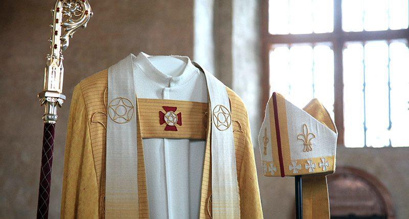Kuka sonnustautuu seuraavaksi näihin arkkipiispan asusteisiin. Kuva: arkkipiispa.fi