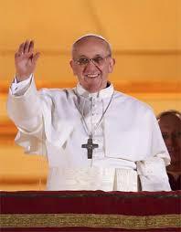 Uusi paavi toivottaa valintansa jälkeen ihmisjoukolle hyvää iltaa. Kuva: Wikimedia Commons.