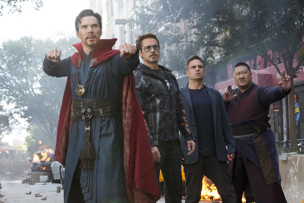 Doctor Strange, Tony Stark, Bruce Banner ja Wong eivät vielä tiedä, mitä tarkalleen ottaen todistavat ja mitä siitä seuraa. Kuva © Marvel Studios 2018.