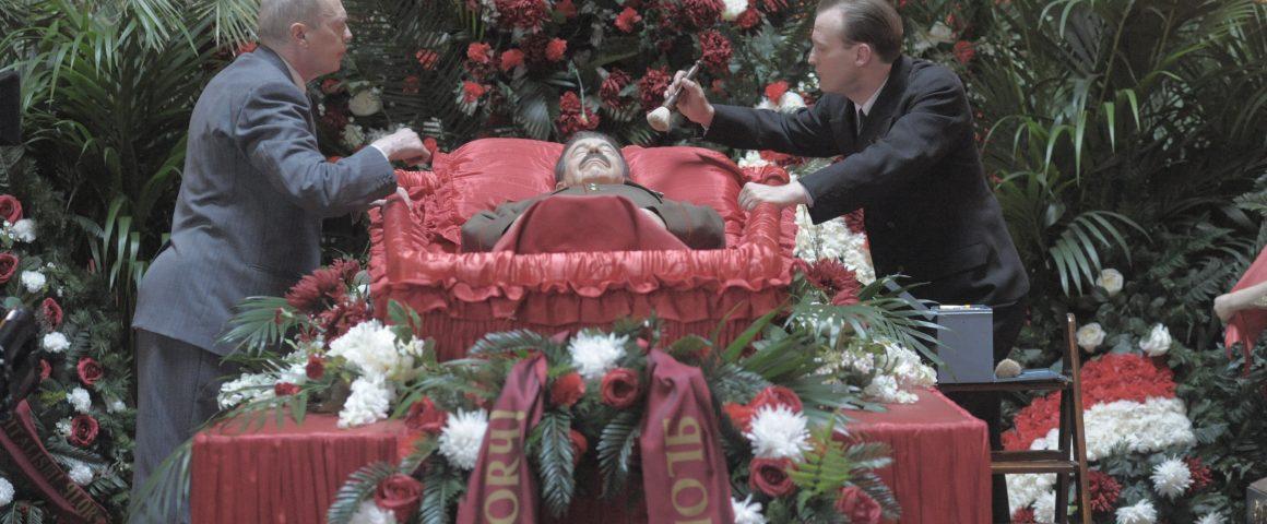 Stalinia ehostetaan hautajaisia varten. Kuva: Atlantic Film Finland.
