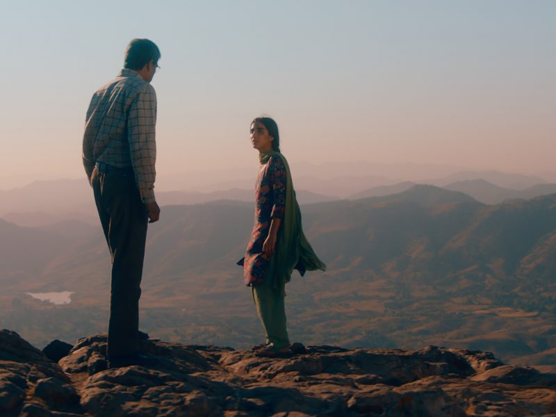 Isä ja tytär jyrkänteen partaalla. Kuva: Mer-film.