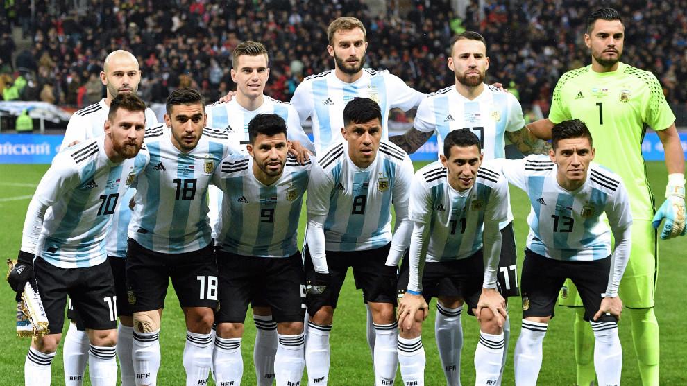 Argentiinan joukkue. Angel di Maria alarivissä nro 11.
