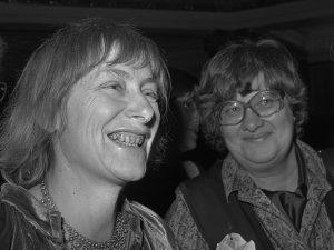 Saksalainen Dorothee Sölle (vasemmalla) on tunnetuimpia nykyajan naisteologeja. Kuva: Wikipedia/Creative commons.