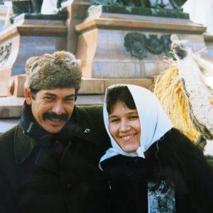 Kirjoittaja salvadorilaisen isä Rutilio Sánchezin kanssa Helsingissä via cruciksella vuonna 1987. Kuvaajasta ei varmuutta.