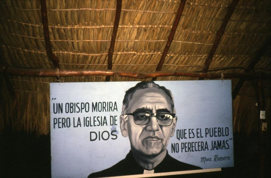 """""""Piispa voi kuolla, mutta Jumalan kansa, joka on kirkko, ei kuole koskaan."""" Keskustelutilaisuus Managuassa, Nicaraguassa, vuonna 1986. Kuva: Elina Vuola."""