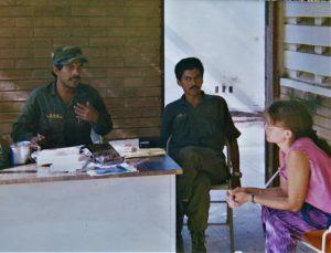 Kirjoittaja haastattelemassa sissiliike FMLN:n (Frente Farabundo Martí para la Liberación Nacional) kometajia rauhanprosessin etenemisestä Uzulutánissa vuonna 1992. Tarkempi paikka oli salainen, kyyti sinne kirkollinen. Kuva: Jussi Pakkasvirta.