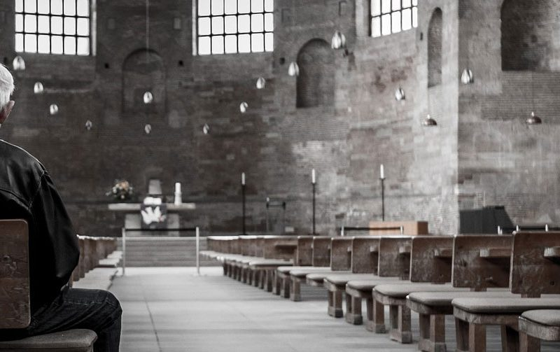 Yksin kirkossa.
