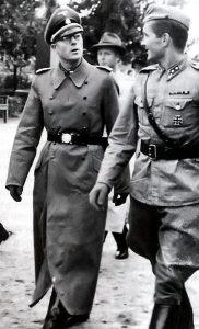 Vasemmalla suomalaisen SS-pataljoonan sotilaspastori, majuri Kalervo Kurkiala. Kuva: Wikipedia.