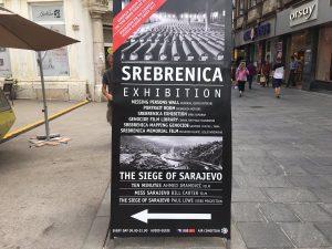 Opaste Srebrenica-näyttelyyn. Kuva: Twitter.