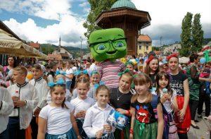 Kid's Festival -tapahtuman osanottajia Sarajevon kaduilla, Kuva sivustolta fokus.ba.