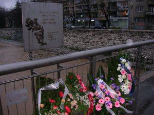 Vrbanjan silta muistomerkkeineen. Kuva: Wikipedia/Creative Commons.