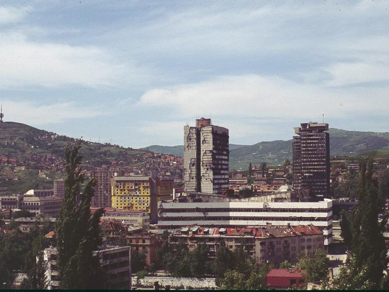 Sarajevo vain vähän piirityksen loppumisen jälkeen toukokuussa 1996. Kuva: Wikipedia.