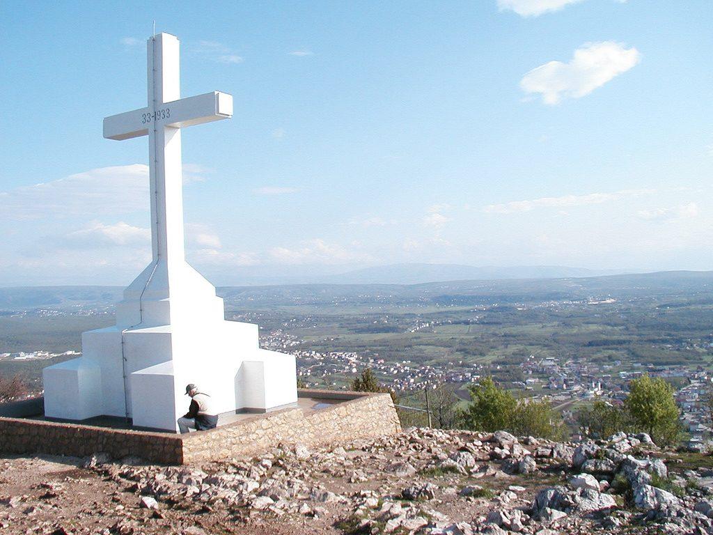Risti Medjugorjen ylle nousevan Krizevac-vuoren huipulla. Kuva: Flickr.com
