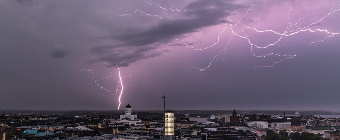 Kiira-myrskyn salama ja Tuomiokirkko Hotelli Tornista. Kuva: Mikael Rantalainen.