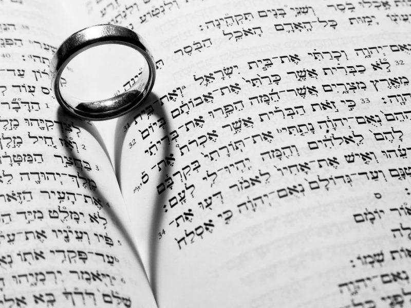 Hepreankielinen Raamattu ja sormus. Kuva: Kenny McCartney/Flickr.com.