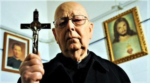 Isä Gabriele Amorth. Kuva elokuvasta.