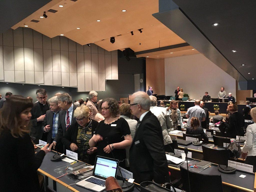 Kirkolliskokouksen väkeä syksyllä 2019. Kuva: Niilo Rantala.