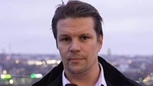 Rami Ojares toimittaa Konservatiivisia uutisia. Kuva TV7:n sivuilta.