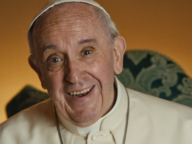 Paavi Franciscus puhuu Wim Wendersin elokuvassa. Kuva elokuvasta.