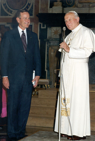 Paaveille valtionpäämiesten tapaaminen on arkipäivää. Tässä Johannes Paavali II ja George H. W. Bush.