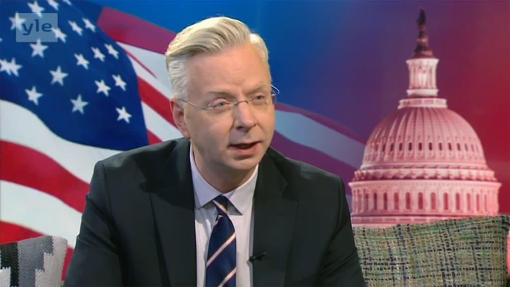 Dosentti Markku Ruotsila kommentoimassa televisiossa. Kuva lainattu YLEn sivuilta.