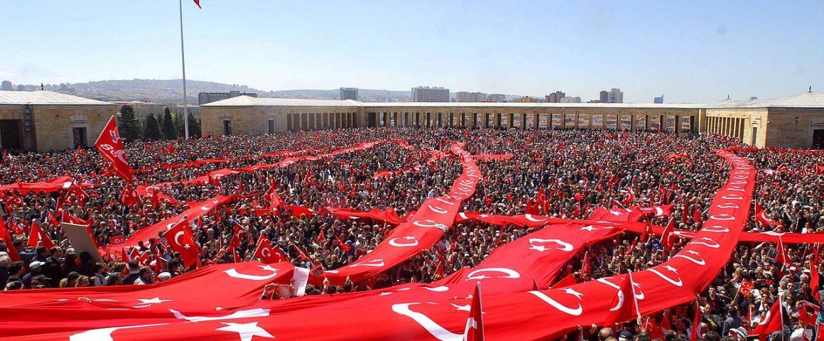 Turkissa osoitettiin 2007 mieltä sekulaarin valtion ja demokratian puolesta. Kuva: Wikipedia.