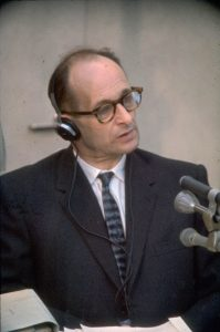 Adolf Eichmann oikeudessa Jerusalemissa 1961. Kuva: Wikipedia.