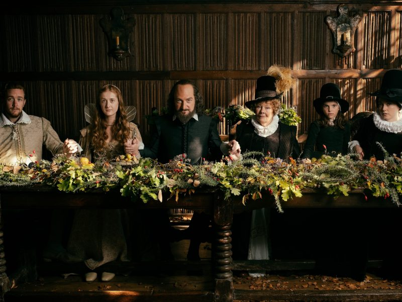 Kuvan keskellä elokuvan ohjaaja ja Shakespearea esittävä Kenneth Branagh ja hänen vaimoaan esittävä Dame Judi Dench.