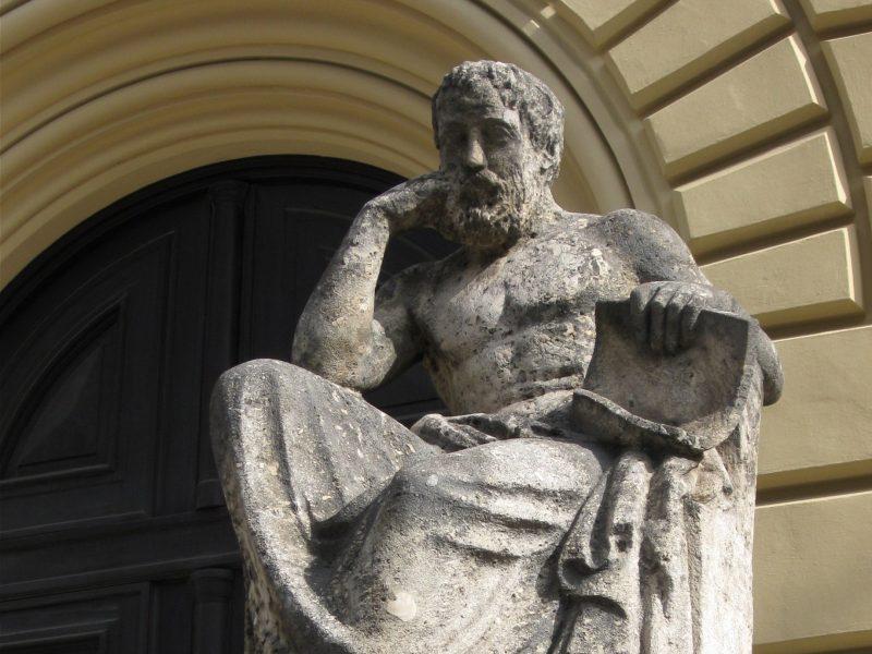 Hippokrateen patsas Bayerisch Staatsbibliothekin edustalla Münchenissä. Kuva: Wikipedia.