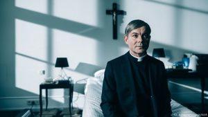 Jacek Braciak näyttelee isä Leszekiä, joka haluaisi töihin Vatikaaniin. Kuva Bartek Mrozowski.