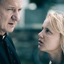 Robert Wieckiewicz näyttelee isä Tadeuszta ja Joanna Kulig hänen taloudenhoitajaansa Hankaa. Kuva elokuvasta.