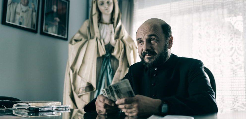 Kler. Arkadiusz Jakubik näyttelee isä Andrzejta. Kuva elokuvasta.